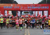 """2018韶山红色国际马拉松赛鸣枪开跑,中国选手最后一米以0.03秒""""绝杀""""夺冠"""