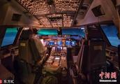 数据显示近半数飞行员临退休 航空公司为挽留人才被迫提供更优厚薪酬