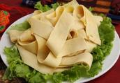 小本生意一年卖出7000万,妇女坚持手工做豆腐皮