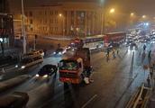 前门东路一逆行大货车撞上电动车 骑行者当场死亡