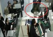 女子霸占售票窗口,对劝阻民警进行拳打脚踢,女子:我钱过期了吗
