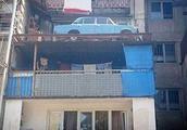 汽车买后轮胎被偷 车主将其停阳台27年成景点