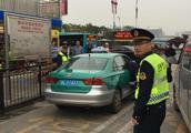 惠州火车北站出租车拒载不打表,严查!两的士私自揽客被扣车