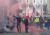 """第四轮""""黄马甲""""示威 12万人上街千余人被捕 重创马克龙改革"""