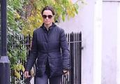 凯特王妃35岁亲妹妹,大早上扎丸子头遛狗,看上去显得十分瘦弱