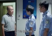 女警怀疑男子涉毒私自传讯,不料遭队长的训斥,队长亲自放走男子