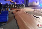 德一辆运输车发生泄漏 致近1吨巧克力铺满地面(图)