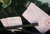 """违停车辆留字条""""孩子发烧"""",交警留空白罚单""""警告一次"""""""
