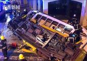 葡萄牙一辆有轨电车出轨倾覆一片狼藉 至少28人受伤电车严重受损