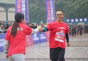 马拉松也可以接力完成,重庆市第34届马拉松接力赛雨中举行