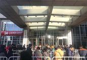 ofo北京总部仍有百人排队退押金:铁围栏上阵,现场拒登记