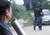 警察正准备抓捕毒枭,看到有人在放风,立马假装情侣吵架