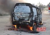 莆田:面包车自燃 消防队员及时赶到成功处置