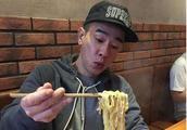 """陈小春开饭馆,一碗牛肉面卖42元,端上来后顾客""""哑口无言"""""""
