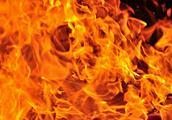 延长西路一小区居民家凌晨起火 住户逃生及时无人伤亡