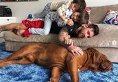 """浮生半日闲!梅西在沙发上与两个儿子""""叠罗汉"""""""