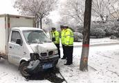 山东潍坊:一场大雪、道路结冰,请千万注意交通安全