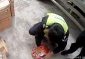 太危险!顺德一居民房非法储存4.7吨烟花爆竹
