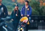 周渝民一家三口首度同框逛公园 仔仔推婴儿车
