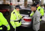 """交警街头查获未年检车辆 驾驶员竟是""""网逃老赖"""""""