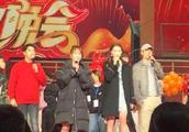 杨紫关晓彤同框腿对比惨烈,2019北京春晚节目单完整版
