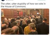 特雷莎·梅遭遇历史性重击 英国议员不顾禁令拍照记录历史时刻