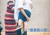 """190116 王俊凯直男式抱娃 """"爸爸""""马上撑不住了"""