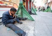 芙蓉街上千石板美颜 数十万锤打凿出平坦路