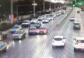 惊险!红绿灯下发生连环撞车事故,到底谁的责任?