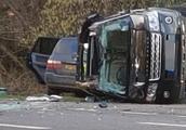 97岁菲利普亲王开车遇车祸 整辆车侧翻满地玻璃但人未受伤