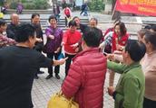 玩得像孩子一样开心!深圳南山社区老人重温经典游戏,忆美好时光