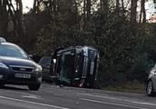 英女王丈夫97岁老司机自驾出车祸 整车侧翻前挡风玻璃全碎