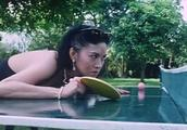 两对夫妻比赛打乒乓球,不料美貌妻子出手太狠,连球拍都扔出去了