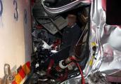 漯河高速发生车祸,司机被卡驾驶室生命垂危,幸好有他们