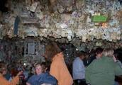 外国一酒吧不用装修,墙上全是顾客留下的美钞,游客:跪求地址!