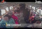 汉中:女子携宠物上公交车遭拒 怒怼司机和乘客