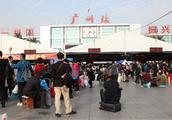 """广州火车站""""高温""""消退人潮热度不减!春运与冷空气即将""""杀到"""""""