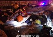 深夜金华一辆轿车追尾大货车!轿车损坏严重,2人被困
