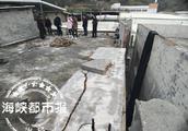 天台围墙倒塌 压住七岁男童
