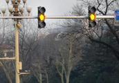 没闯过黄灯,那么是继续走还是停车,交警告诉了答案