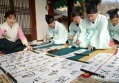 韩国人提前庆祝立春:贴汉字对联 白纸黑字亮了
