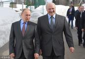 与普京愉快地会谈后,卢卡申科明确表示:白俄罗斯不反对与俄罗斯合为一体,但这事儿先要问过我的人民