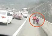 警车追了2公里!违停司机见交警 将妻女扔高速开车就跑
