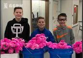 仨小男生零花钱买花情人节给全校女生和员工献花