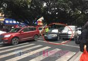 广西一男子涉嫌毒驾,暴力冲卡连撞4车,车里还有一把长刀