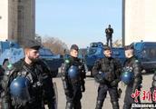 巴黎遭遇第14轮示威 防暴警察和装甲车驻守凯旋门