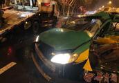凌晨宾利拦腰撞上出租车 西安的哥身亡车上乘客重伤