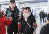 刘亦菲穿打底裤现身机场 混搭