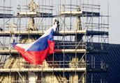 """英国""""间谍中毒案""""发生地一教堂现俄国旗引发争议"""