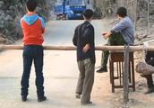 村民们拦路收过路费,货车司机死活不肯交,一村民开始了他的表演